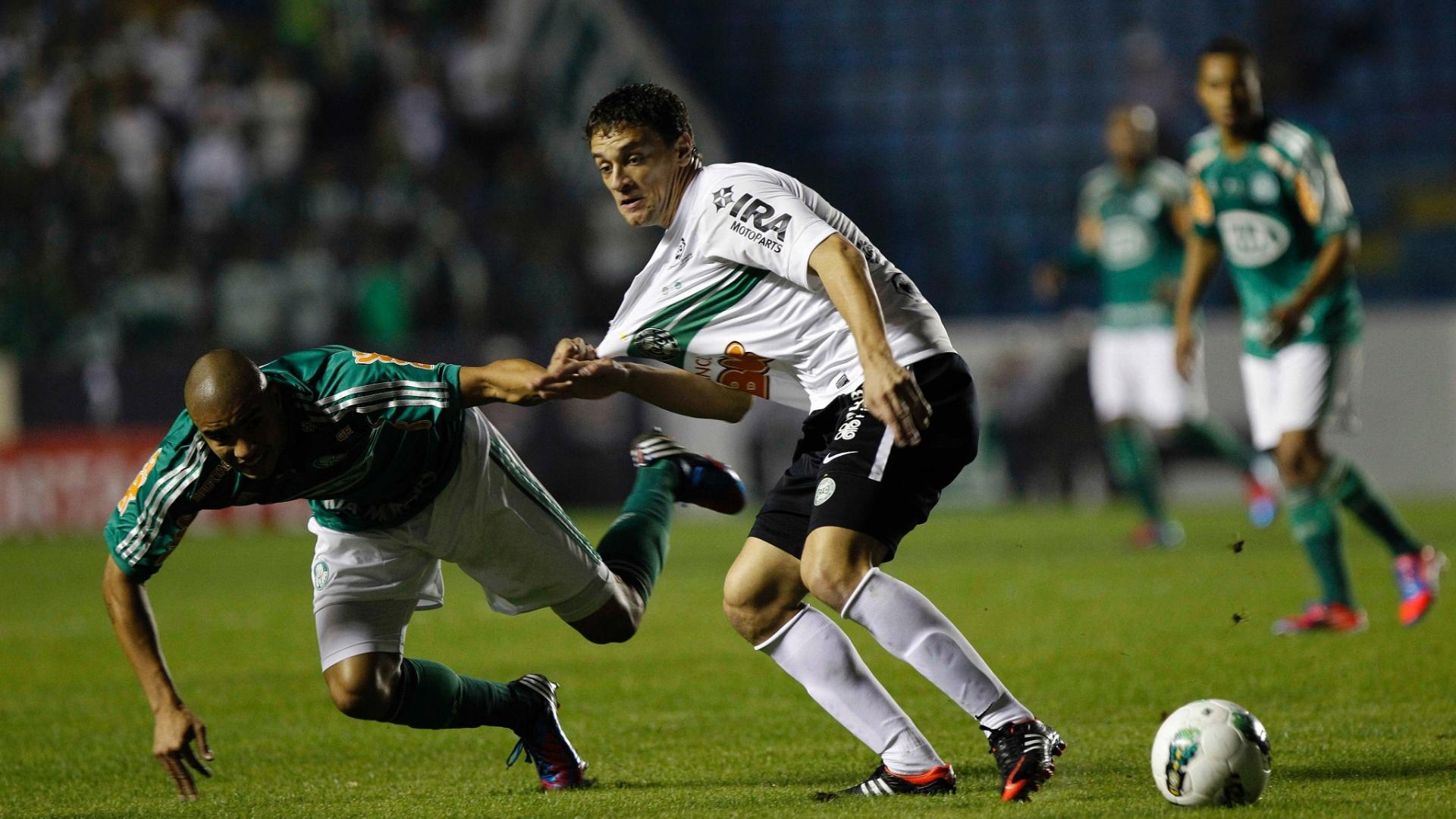 Maurício Ramos leva a pior na disputa de bola e se desequilibra em lance da final da Copa do Brasil na Arena Barueri