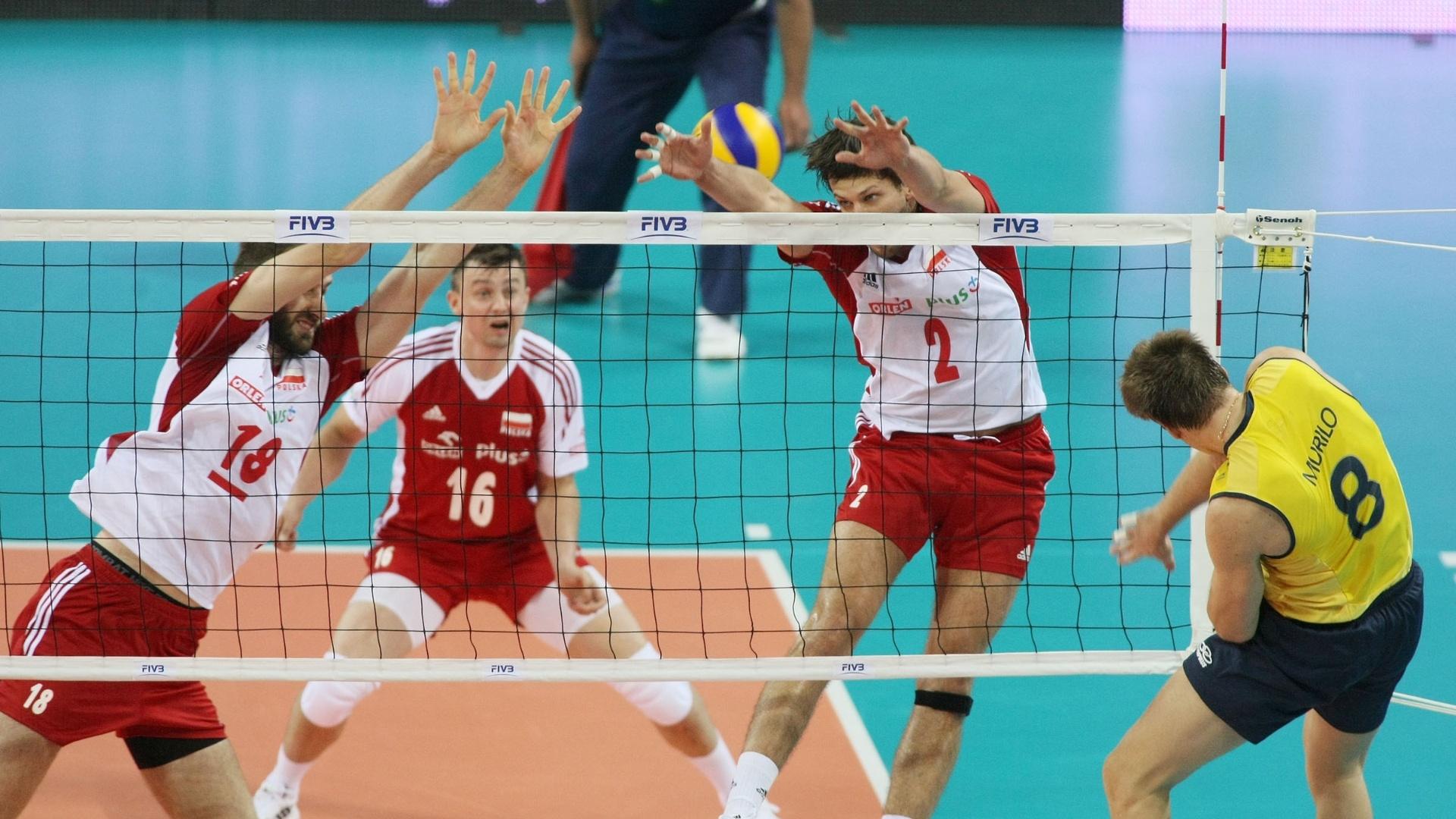 Murilo vem pela saída de rede e encara o bloqueio duplo da Polônia em lance do jogo desta quinta-feira pela Liga Mundial 2012 (05/07/2012)