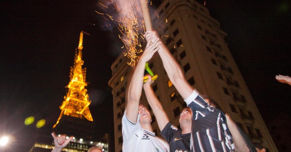 Na Paulista, torcedores corintianos fazem festa pela conquista inédita da Libertadores