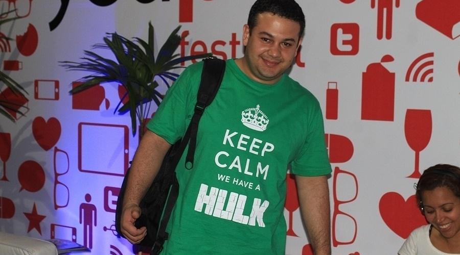 """O blogueiro Rodrigo Fontes também utiliza camiseta que faz referência à campanha britânica da 2ª Guerra """"Keep Calm and Carry on"""" (Mantenha-se calmo e siga em frente). Só que a camiseta, verde, faz referência ao personagem Hulk"""