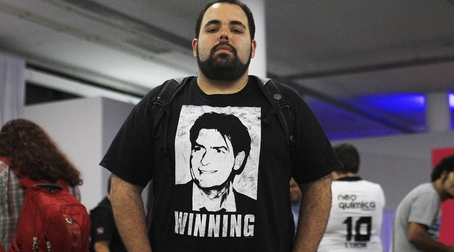 """O desenvolvedor Paulo Henrique usa camiseta com referência ao ator americano Charlie Sheen. No ano passado, após entrar no Twitter, o ator começou a postar por diversas vezes que ele estava """"winning"""" (vencendo), apesar de ter saído da série """"Two and a Half Men"""""""