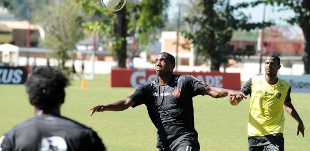 Observados por companheiros do Flamengo, Renato Abreu tenta dominar a bola em treino (05/07/2012)