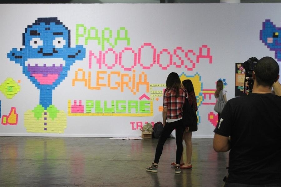 """Painéis de post-its com referências a memes (imagens e vídeos que ganham grande popularidade na internet) são expostos durante o YouPix 2012. O da imagem acima faz referência ao vídeo """"Para nossa alegria"""""""