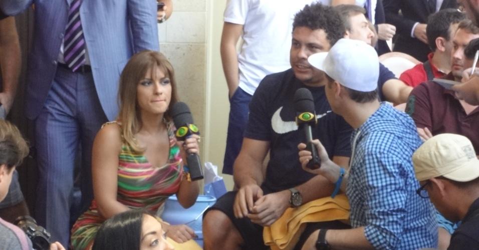 Ronaldo, empresário de Anderson Silva, dá entrevista à televisão enquanto assiste ao treino aberto do UFC 148