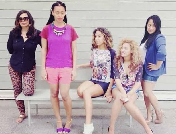 Solange Knowles (em pé, de rosa), irmã da cantora americana Beyoncé, passou o feriado de 4 de julho ao lado da família e da irmã famosa (4/7). Beyoncé é mãe da primeira filha com o rapper Jay-Z, Blue Ivy Carter