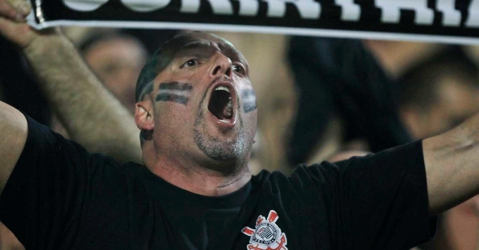 Torcedor do Corinthians durante final contra o Boca Juniors no Pacaembu, nesta quarta-feira