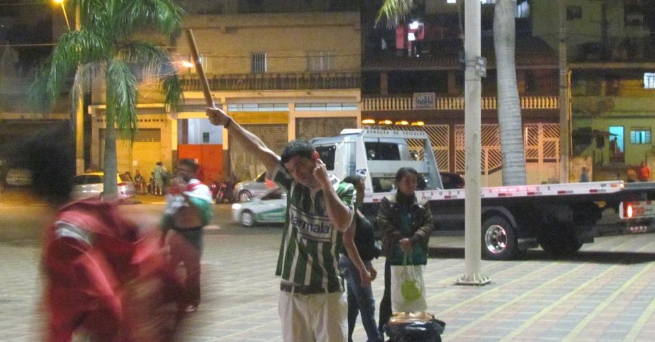 Torcedor do Palmeiras solta fogos de artifício na entrada da Arena Barueri