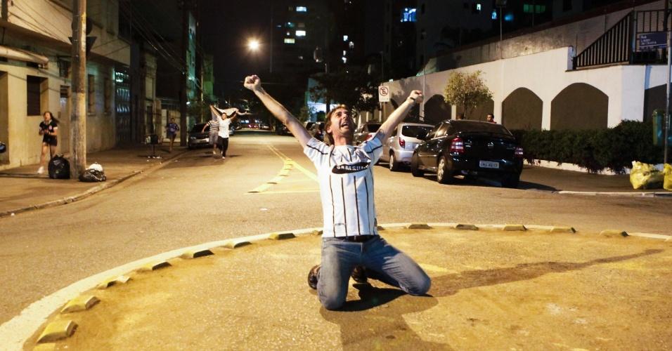 Torcedor se ajoelha na rua após título corintiano na Libertadores-2012