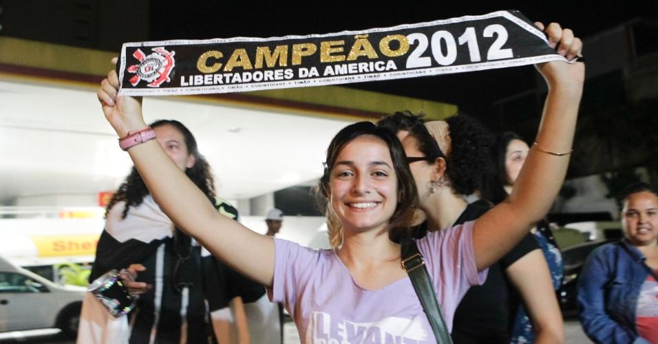 Torcedora exibe orgulhosa a faixa de campeão da Libertadores-2012