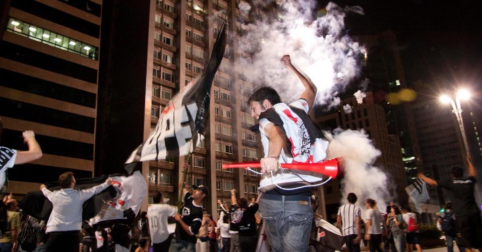 Torcedores do Corinthians celebram título da Libertadores na avenida Paulista