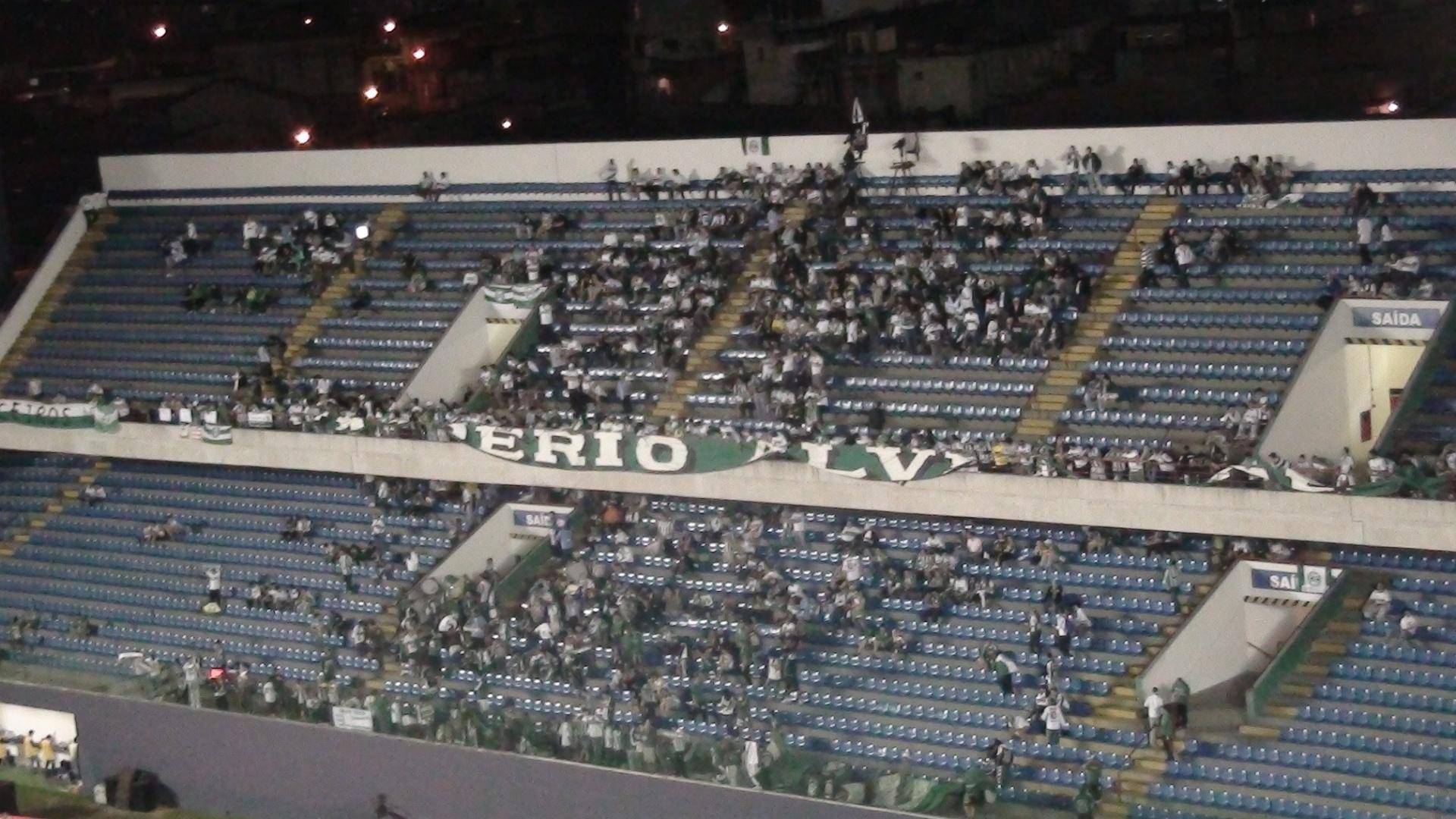 Torcedores do Coritiba já se acomodam nas arquibancadas da Arena Barueri para a final da Copa do Brasil