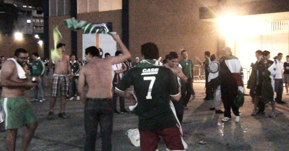 Torcedores do Palmeiras cantam em frente à Arena Barueri