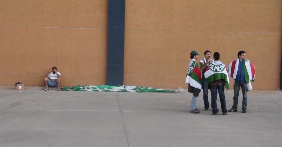 Torcedores do Palmeiras circulam pelos arredores da Arena Barueri