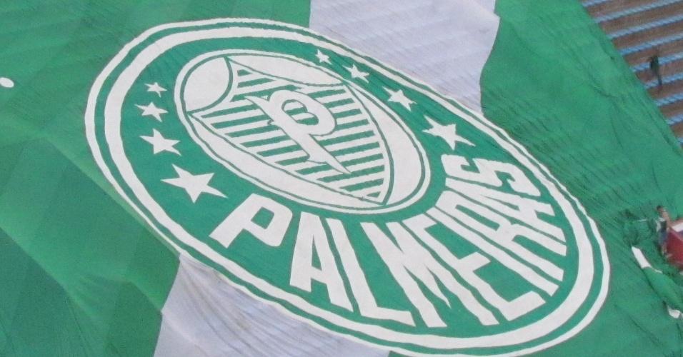 Torcedores do Palmeiras estendem a bandeira e fazem teste na arquibancada de Barueri