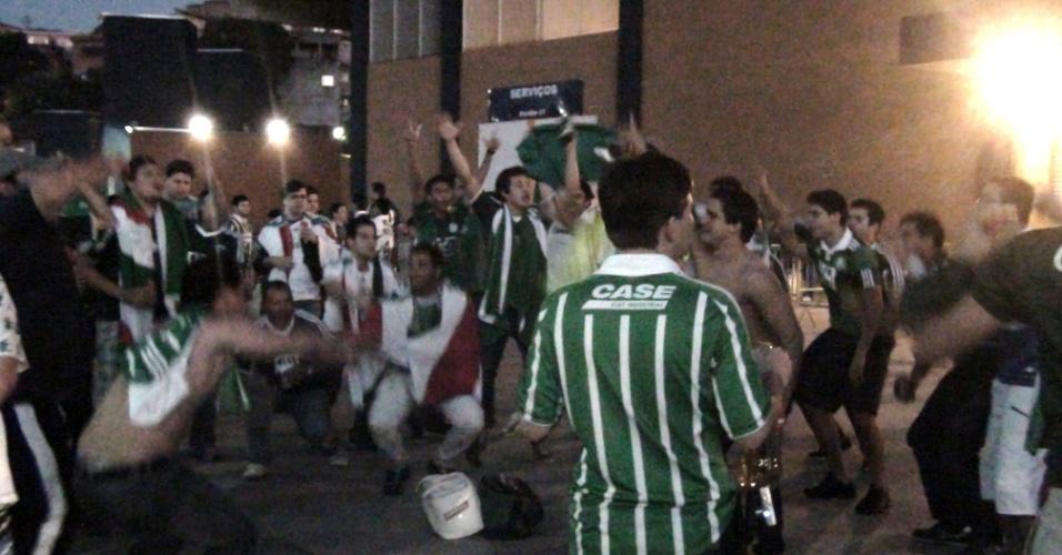 Torcedores do Palmeiras fazem festa nos arredores da Arena Barueri