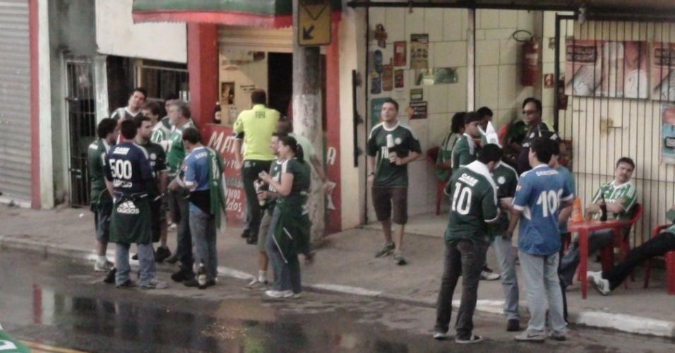 Torcedores do Palmeiras ocupam alguns dos bares próximos à Arena Barueri