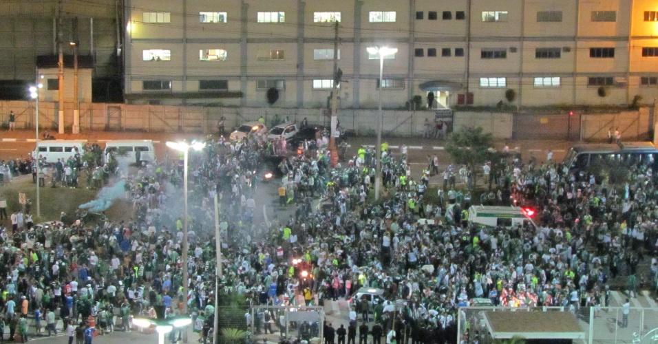 Torcedores do Palmeiras tomam conta dos arredores da Arena Barueri