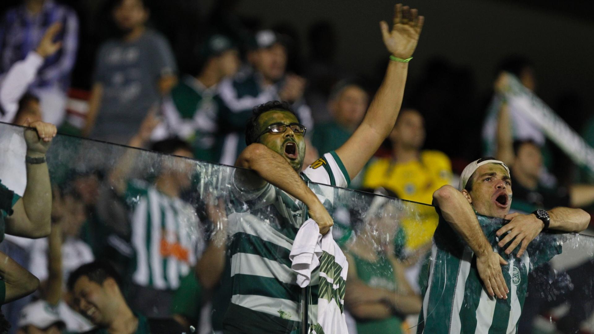 Torcida do Coritiba compareceu em bom número à Arena Barueri para acompanhar a decisão da Copa do Brasil