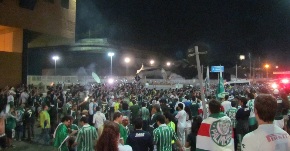 Torcida do Palmeiras circula em bom número pelos arredores da Arena Barueri