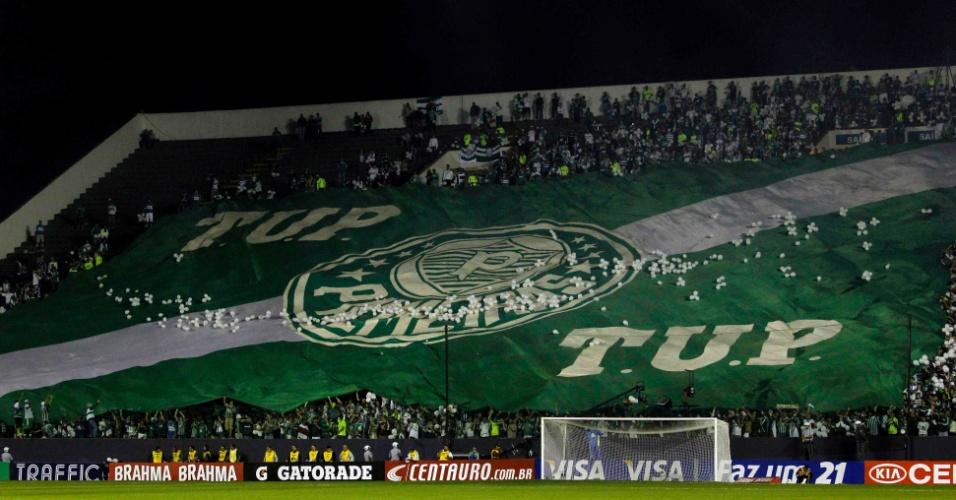 Torcida do Palmeiras estende bandeirão nas arquibancadas da Arena Barueri