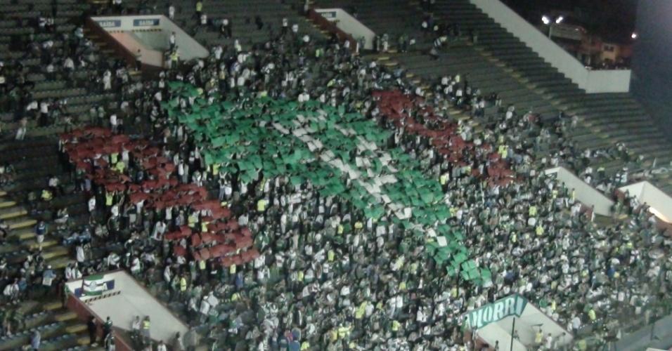 Torcida do Palmeiras exibe mosaico nas arquibancadas da Arena Barueri