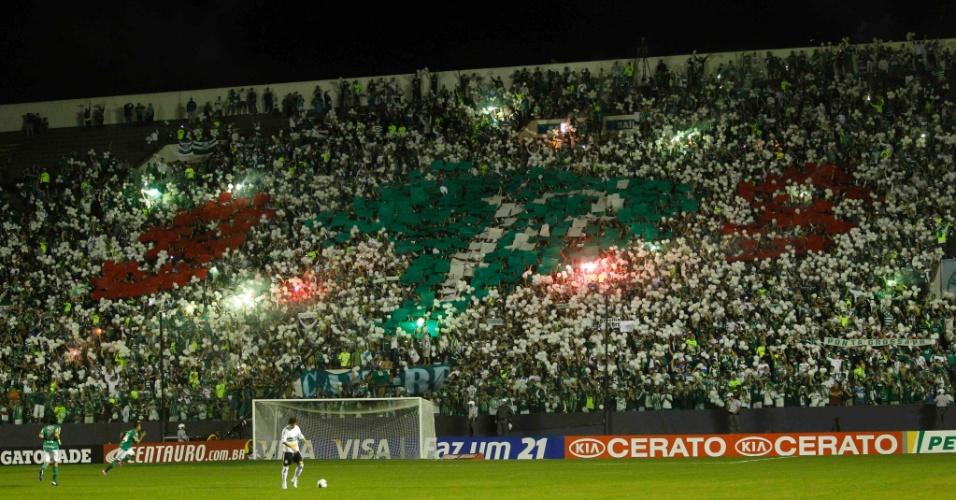 Torcida do Palmeiras monta mosaico durante o primeiro jogo da decisão da Copa do Brasil contra o Coritiba