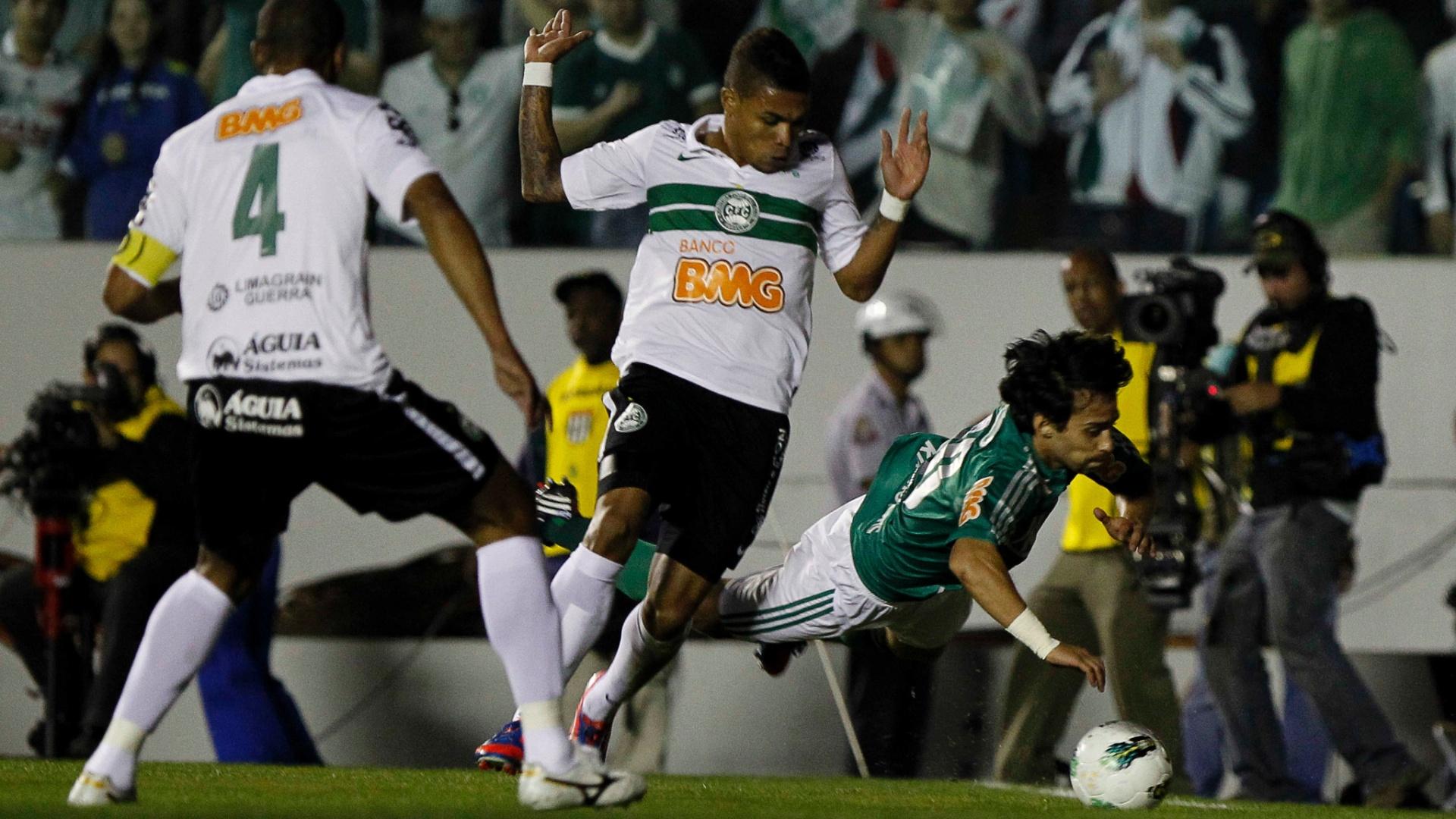 Valdivia tenta cavar pênalti em lance da partida contra o Coritiba na final da Copa do Brasil