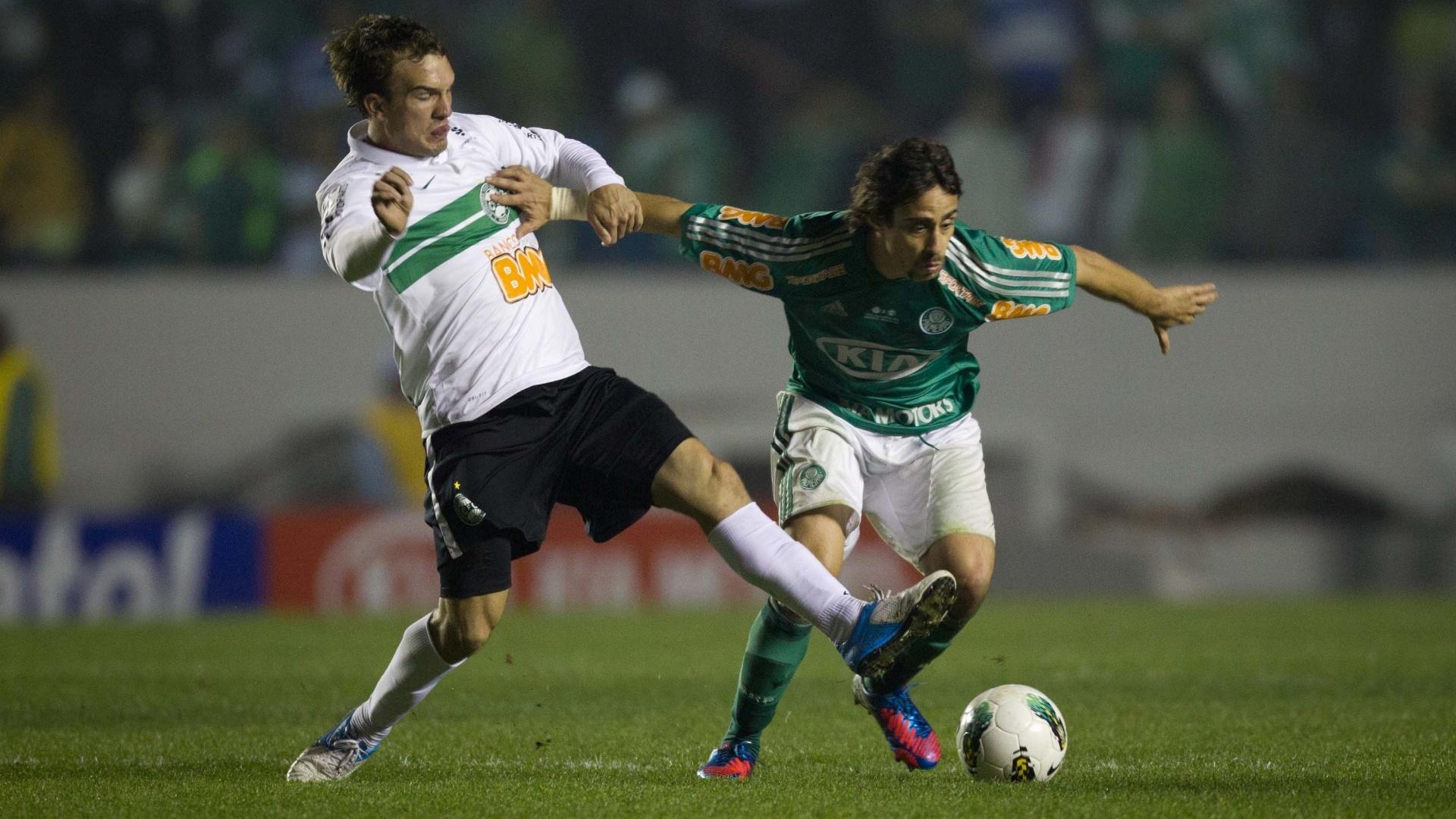 Valdivia tenta se livrar da marcação de jogador do Coritiba em lance da decisão da Copa do Brasil