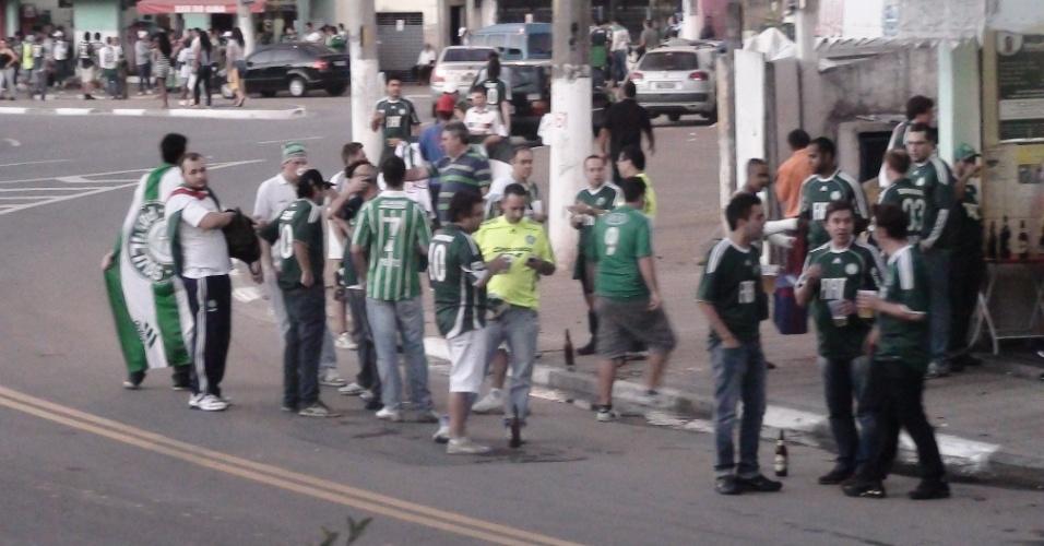 Vários torcedores do Palmeiras já circulam pelos arredores da Arena Barueri horas antes da partida contra o Coritiba