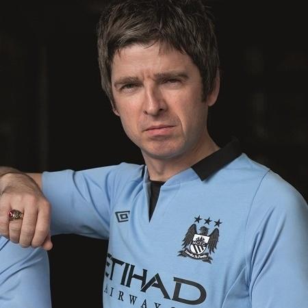 Noel Gallagher posa com o uniforme do Manchester City - Divulgação