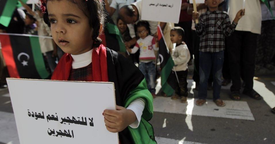 1º.nov.2011 - Garota líbia segura cartaz onde se lê 'Não ao deslocamento, sim ao retorno dos refugiados' durante protesto a favor do retorno dos milhares de refugiados líbios, em Trípoli
