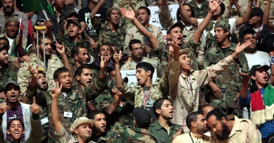 29.out.2011 - Centenas de rebeldes que lutaram nos últimos oito meses para derrubar o regime de Muammar Gaddafi são congratulados em uma cerimônia no estádio de basquete de Benghazi, reduto dos rebeldes