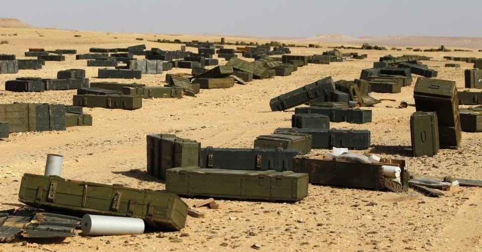 30.out.2011 - Caixas de munições e armamentos são abandonadas em uma área deserta perto de Sirte, na Líbia