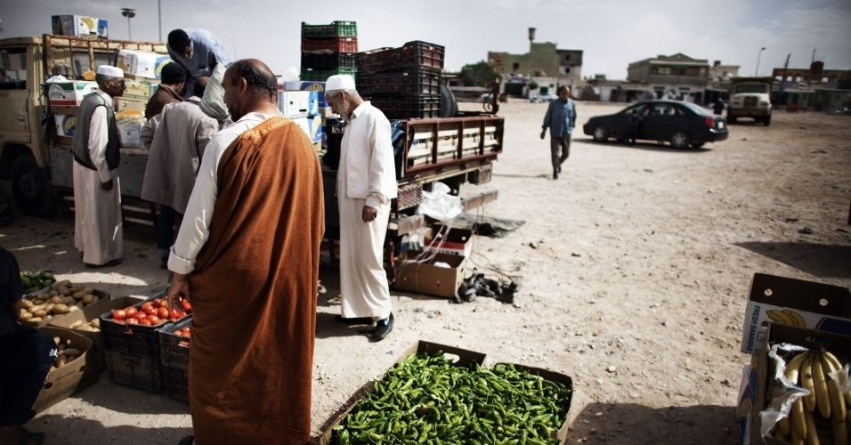 30.out.2011 - Moradores de Bani Walid, na Líbia, improvisam uma feira enquanto vão retomando aos poucos a rotina normal na cidade