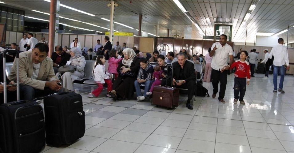 31.out.2011 - Movimento de passageiros no aeroporto de Mitiga, em Trípoli, capital líbia