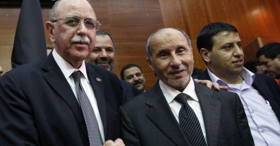 31.out.2011 - O primeiro-ministro eleito pelo Conselho Nacional de Transição da Líbia, Abdul Raheem al-Keeb, ao lado de Mustafa Abdul Jalil, porta-voz do CNT, no anúncio de sua nomeação