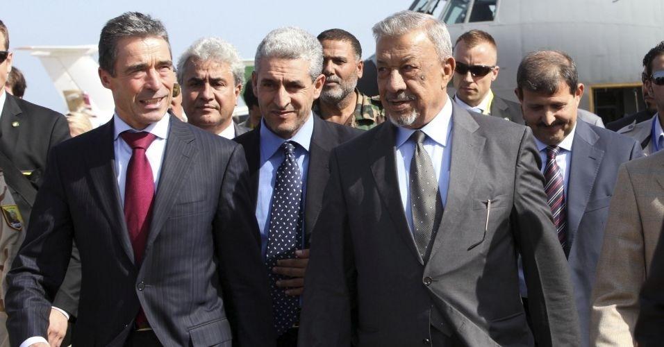 31.out.2011 - O secretário-geral Anders Fogh Rasmussen (esq.), ao lado do ministro da Defesa do CNT, Jalal al-Digheily (dir.), chega ao aeroporto de Trípoli para anunciar o fim da intervenção militar ds Otan no país, a partir de hoje