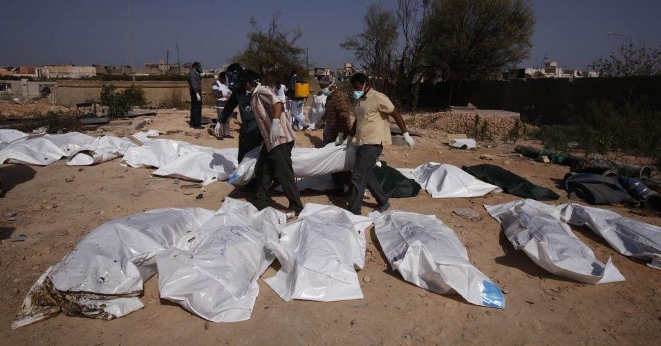 31.out.2011 - Voluntários retiram 26 corpos de uma vala comum descoberta em Trípoli. A suspeita é de que os corpos sejam de rebeldes mortos pelas forças de segurança de Muammar Gaddafi