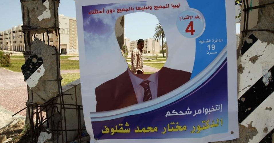 6.jul.2012 - Homem passa por cartaz de eleição destruído, em Sirte, nesta sexta-feira (6), véspera das eleições para eleger uma Assembleia Constituinte. Será a primeira eleição após quase 40 anos da ditadura de Muammar Gaddafi, morto durante a revolução contra seu regime em 2011