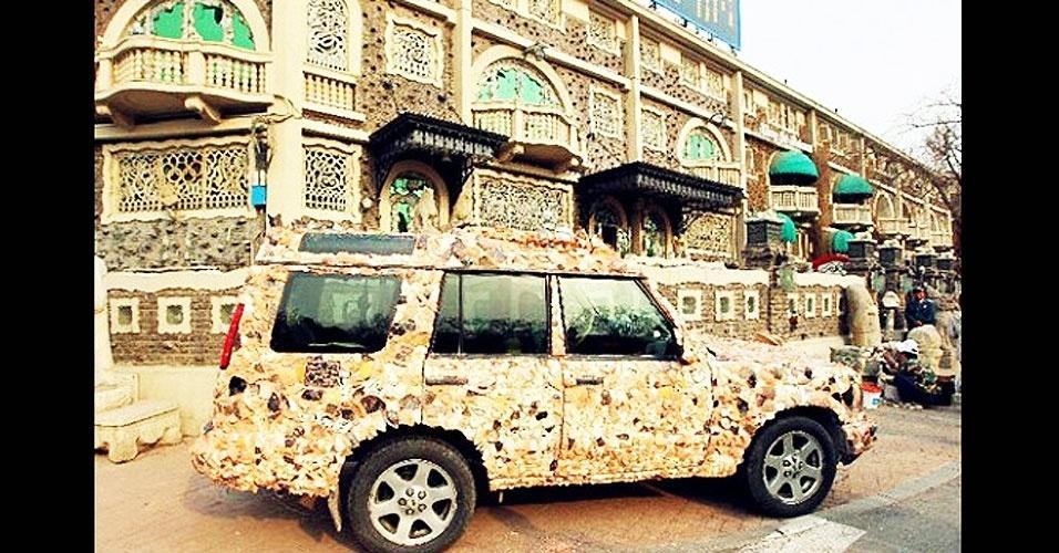6.jul.2012 - O chinês Zhang Lianzhi, 50, que mora em Tianjin, decorou uma velha casa com centenas de milhares de pedaços de porcelanas antigas e tornou o edifício a principal atração turística da cidade. Dizem que ele gastou cerca de R$ 630 milhões no intento
