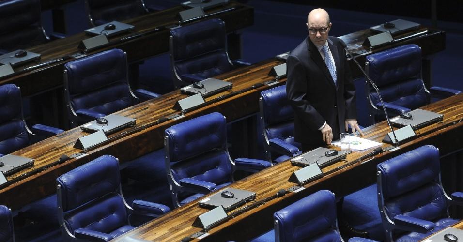6.jul.2012 - O senador Demóstenes Torres (sem partido-GO) nesta sexta-feira (6), em Brasília, pouco antes de fazer seu quarto discurso na tentativa de convencer os senadores a votar contra o pedido de cassação de seu mandato