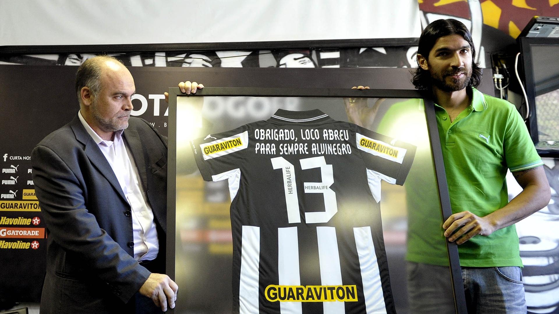6a6e0f4214 Loco Abreu recebe é homenageado e recebe camisa do presidente do Botafogo  (06 07