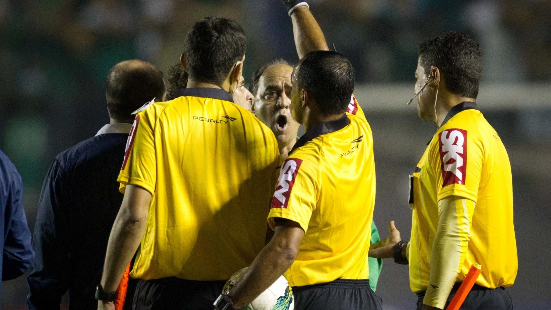 Marcelo Oliveira, técnico do Coritiba, reclama com a arbitragem após a derrota para o Palmeiras