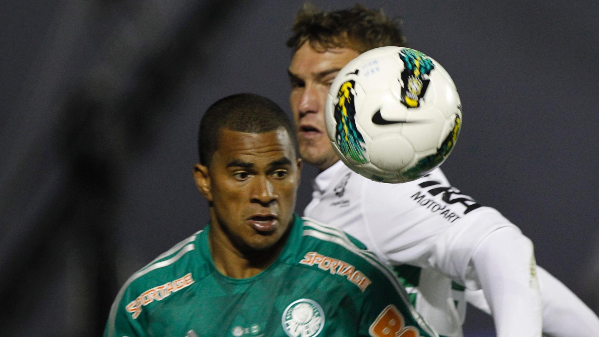 Mazinho tenta levar a melhor na disputa de bola com jogador do Coritiba em primeira partida da final da Copa do Brasil