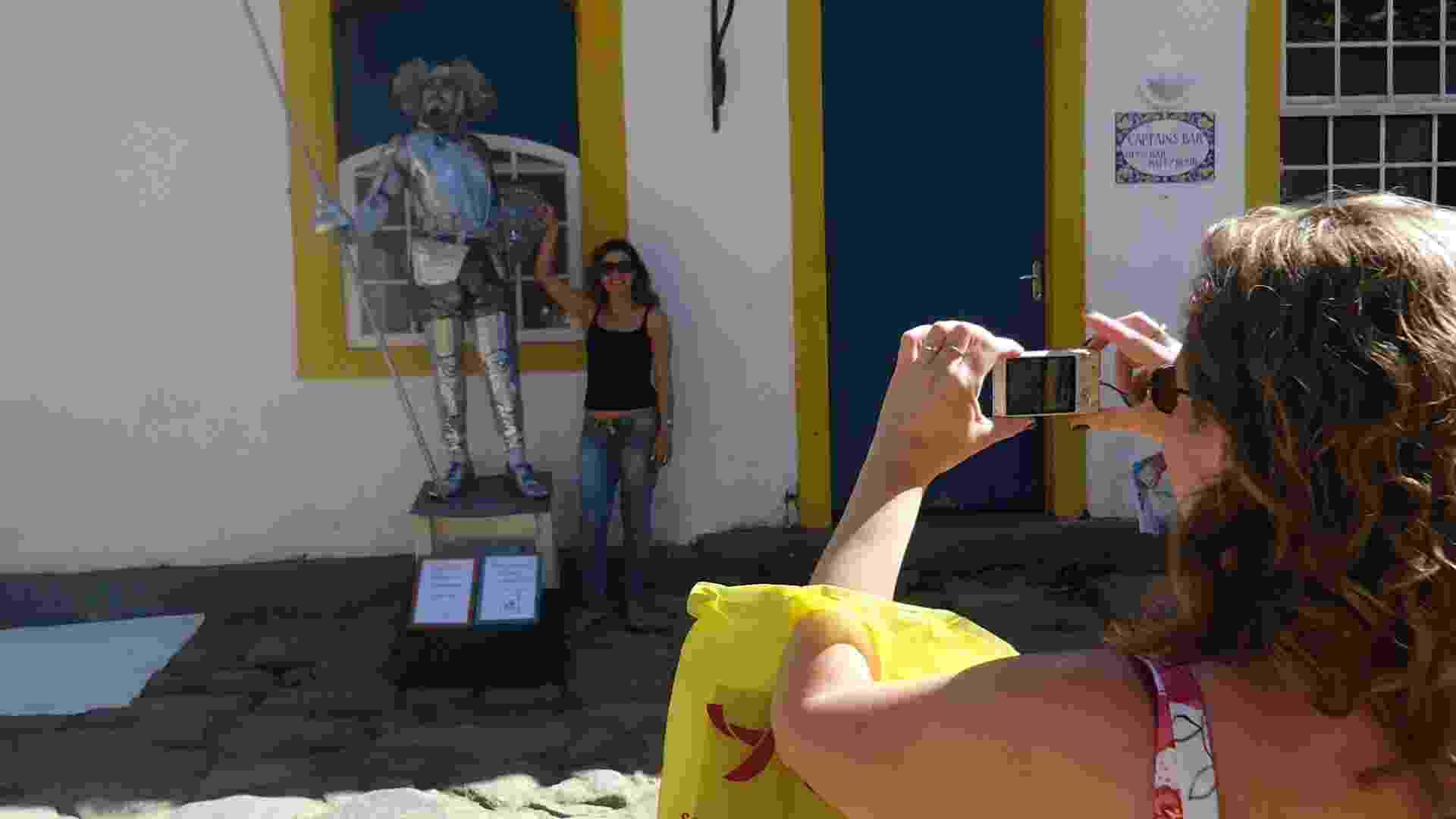 Visitantes da Flip 2012 tiram fotos com estátua de Dom Quixote, personagem criado por Miguel de Cervantes (6/7/12) - Natalia Engler / UOL