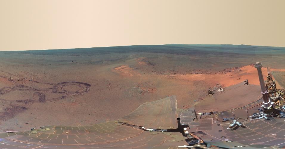 07.jul.2012 - A Nasa divulgou uma imagem do terreno do planeta Marte. A foto panorâmica é uma montagem de 817 fotos produzidas entre 21 de dezembro de 2011 e 8 de maio de 2012 pelo robô Opportunity