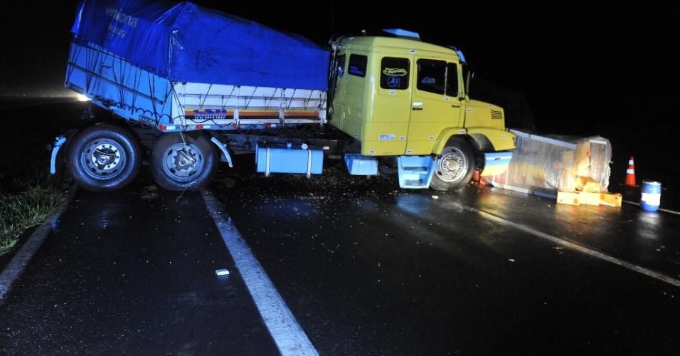 7.jul.2012 - Acidente com caminhão que transportava carregamento de baterias de automóvel interrompe parcialmente o trânsito na BR-290, no quilômetro 36 da rodovia, sentido capital-litoral, em Santo Antônio da Patrulha, no Rio Grande do Sul