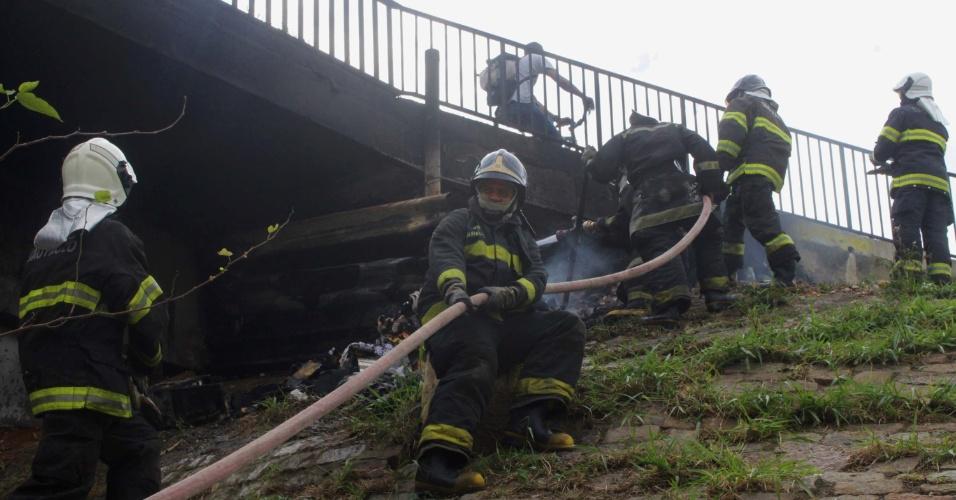 7.jul.2012 - Bombeiros tentam apagar incêndio no viaduto Pires do Rio, em São Paulo, na manhã deste sábado (7)