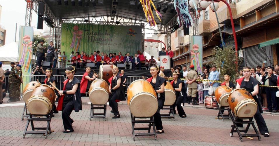 """7.jul.2012 - Comunidade japonesa celebra o Festival das Estrelas """"Tanabata Matsuri"""", no bairro da Liberdade, em São Paulo (SP). O evento, que é uma tradição japonesa de mais de mil anos, é realizado no Brasil desde 1979 pela Acal (Associação Cultural e Assistencial da Liberdade)"""