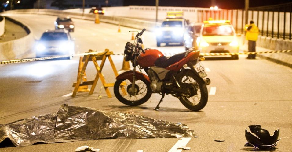 7.jul.2012 - Corpo coberto de motoqueiro fica estendido na pista após acidente no viaduto Deputado Luís Eduardo Magalhães, continuação da av. Washington Luís, em São Paulo (SP)
